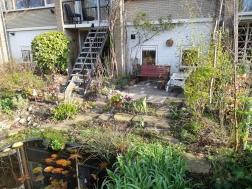 Achterin de tuin ben je dicht bij de vijver (3-2019)
